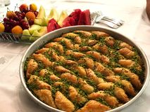 Baklava en Vruchten Turks belangrijk dessert stock afbeelding