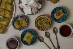 Baklava et thé de plaisir turc photographie stock libre de droits