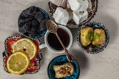 Baklava et thé de plaisir turc photos libres de droits