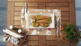 Baklava geschmackvoll in der Tabelle mit Tee Lizenzfreie Stockfotos