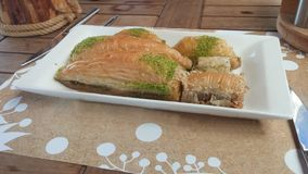 Baklava geschmackvoll in der Tabelle mit Tee Stockfotos