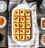 Baklava met honing en noten, rustiek, traditioneel Turks dessert Royalty-vrije Stock Foto's