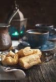 Baklava mit Honig und Nüssen Lizenzfreie Stockfotos