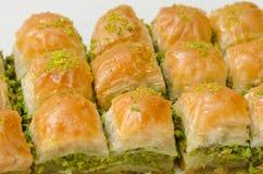 Baklava mit Pistazie auf einem weißen Hintergrund stockbild