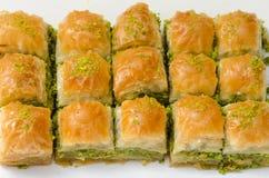 Baklava mit Pistazie auf einem weißen Hintergrund stockfoto