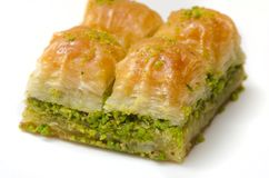 Baklava mit Pistazie auf einem weißen Hintergrund lizenzfreies stockfoto
