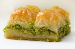 Baklava mit Pistazie auf einem weißen Hintergrund lizenzfreies stockbild