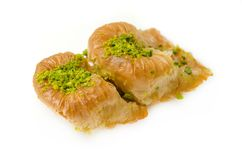 Baklava mit Pistazie auf einem weißen Hintergrund stockfotos