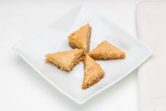 Baklava op witte plaat Stock Foto's