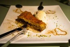 Baklava, tradycyjny słodki deserowy ciasto wypełniający z siekać dokrętkami i słodzący z syropu zakończeniem w górę porci z lody Obraz Stock