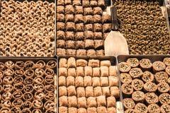 Baklava turca, riempita di dadi, di noci, di pistaccios e di mandorle da vendere su un mercato del centro urbano di Costantinopol fotografie stock