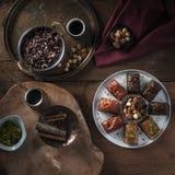 Baklava - turkisk efterrätt med pistaschen, mandlar, cinamon, stjärnaanis på en tabell Royaltyfri Foto