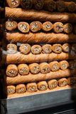 Baklava, Turkse snoepjes, in een winkelvenster in Istanboel, Turkije stock foto's