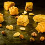 Baklava und Mandeln auf Tablette stockbild