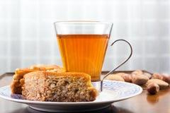 Baklava, vidrio de té y nueces en la tabla del café o la mesa de centro vieja Fotografía de archivo libre de regalías