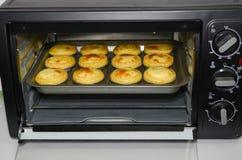 Bakning för fullföljande för äggtarts precis Royaltyfria Bilder