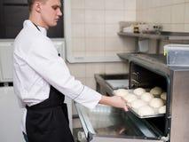 Bakning för ugn för kock för hamburgarerullar arkivbilder