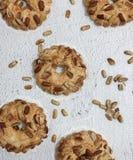 bakning kaka med jordnötter royaltyfri bild