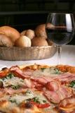 Bakon e pizza del prosciutto Fotografie Stock