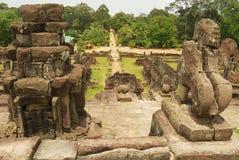 从Bakong寺庙的中央金字塔的看法在暹粒,柬埔寨 库存照片
