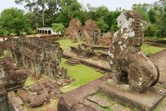 从Bakong寺庙的中央金字塔的看法在暹粒,柬埔寨 免版税库存图片