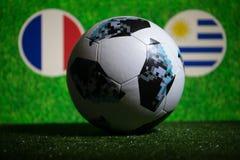 BAKOU, AZERBAÏDJAN - 1ER JUILLET 2018 : Concept créatif Boule 2018 du football de coupe du monde de la Russie de fonctionnaire Ad Photo stock