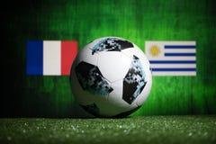 BAKOU, AZERBAÏDJAN - 1ER JUILLET 2018 : Concept créatif Boule 2018 du football de coupe du monde de la Russie de fonctionnaire Ad Photo libre de droits