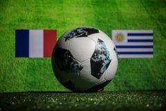 BAKOU, AZERBAÏDJAN - 1ER JUILLET 2018 : Concept créatif Boule 2018 du football de coupe du monde de la Russie de fonctionnaire Ad Photographie stock