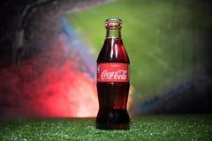 BAKOU, AZERBAÏDJAN - 1ER JUILLET 2018 : Concept créatif Classique de Coca-Cola dans une bouteille en verre sur l'herbe Soutenez v Image stock