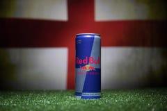 BAKOU, AZERBAÏDJAN - 1ER JUILLET 2018 : Concept créatif Le classique de Red Bull 250 ml peut sur l'herbe Soutenez votre pays dans Photographie stock libre de droits