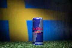 BAKOU, AZERBAÏDJAN - 1ER JUILLET 2018 : Concept créatif Le classique de Red Bull 250 ml peut sur l'herbe Soutenez votre pays dans Images libres de droits