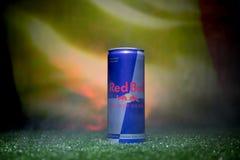 BAKOU, AZERBAÏDJAN - 1ER JUILLET 2018 : Concept créatif Le classique de Red Bull 250 ml peut sur l'herbe Soutenez votre pays dans Photos libres de droits
