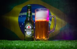 BAKOU, AZERBAÏDJAN - 21 JUIN 2018 : Heineken Lager Beer dans la bouteille avec la boule 2018 du football de coupe du monde de la  images stock