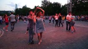 Bakou, Azerbaïdjan - 27 mai 2017 : Les personnes de festival de ville ont plaisir à danser sur la rue, foule réitèrent des mouvem clips vidéos
