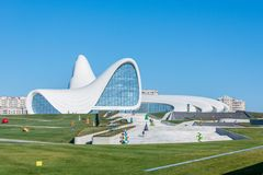 BAKOU 27 DÉCEMBRE : Heydar Aliyev Center dessus Photo libre de droits