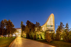 BAKOU 20 JUILLET : Heydar Aliyev Center le 20 juillet Images libres de droits