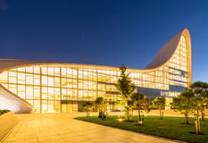 BAKOU 20 JUILLET : Heydar Aliyev Center le 20 juillet Image stock