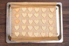 Bakplåt med hjärtaformkakor Arkivbild