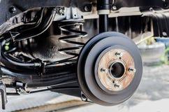 Bakre broms på bilen i process av det nya gummihjulutbytet Arkivfoto