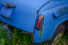 Bakre del av den ljusa blåa gamla bilen royaltyfri foto
