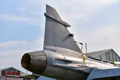 Bakre del av jetmotoravgasrör av den militära kämpen royaltyfri bild