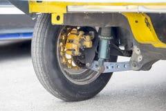 Bakre hjul av för typproduktion för friktion den tävlings- bilen Royaltyfri Bild