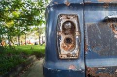Bakre ljus av en bil, rostig gammal bil för grunge Närbild Royaltyfria Bilder