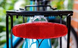 Bakre rött cykelljus arkivfoton