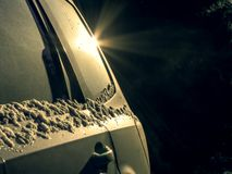 Bakre sida av bilen med en ilsken blick i m?rkret arkivfoto