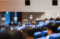 Bakre sikt av åhörare som deltar i som möter affärsseminarium i konferensrum med sociala symboler arkivbilder