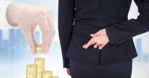 Bakre sikt av affärskvinnan med fingrar korsat anseende av bilden 3d av affärshanden som ordnar guld Arkivbild