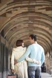 Bakre sikt av att älska par till och med valvgång Arkivfoton