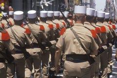 Bakre sikt av att marschera för soldater Fotografering för Bildbyråer