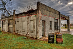 Bakre sikt av den övergav bensinstationen Navasota, Texas Royaltyfri Foto